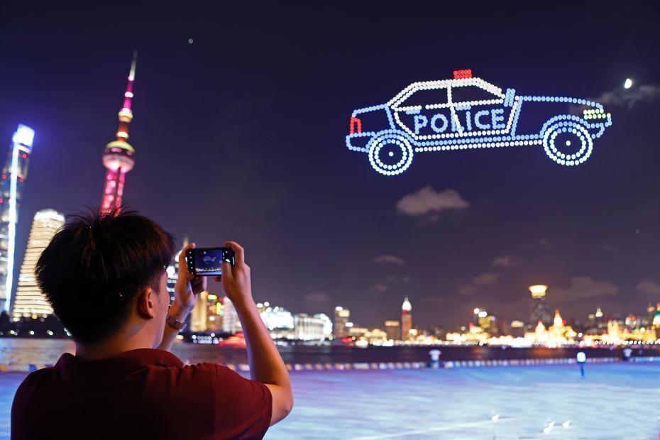 上海警方在北外滩上空开展无人机反诈公益宣传