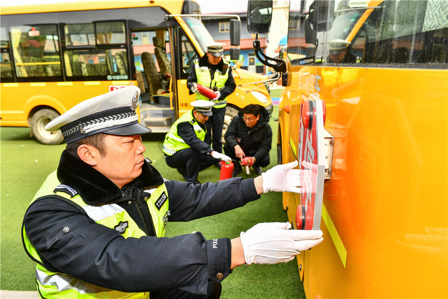 """山东枣庄:校车""""体检""""迎开学"""
