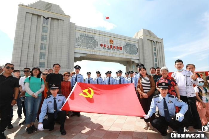 壮观!100面国旗在8000里北疆同时升起