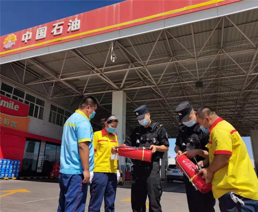 民警强化加油站安全监管
