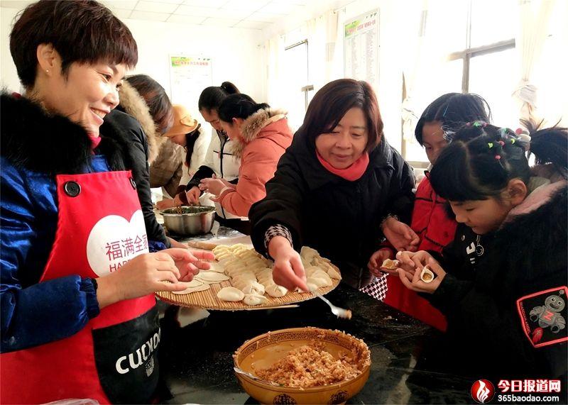 """山东郯城:社区驿站""""妈妈""""教会让留守儿童包饺子"""