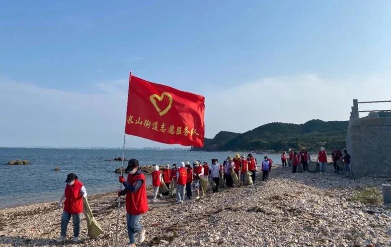 """""""志愿红""""成为守护岸线的""""环保卫士"""""""