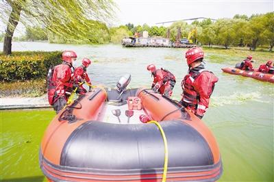 安徽巢湖蓝藻爆发 消防人员下水清理