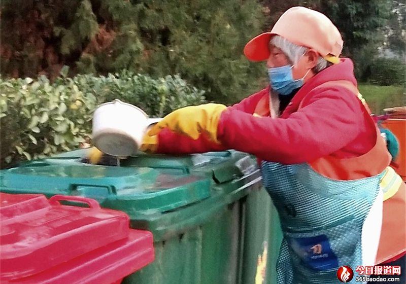 """山东郯城:环卫工人每天为垃圾桶""""沐浴"""""""
