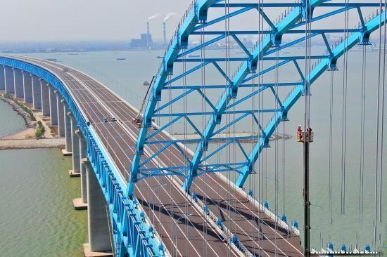 """世界最大跨度公铁两用钢拱桥上""""高空调索""""忙"""