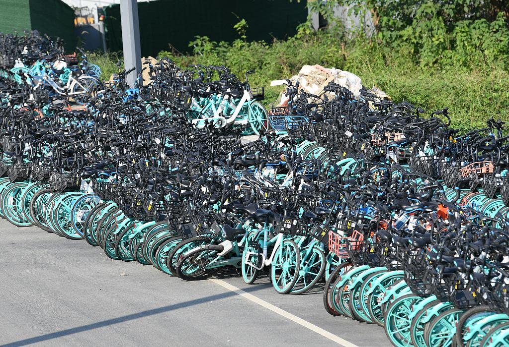 """共享单车扎堆 成都现""""单车大道""""密密麻麻绵延2公里"""