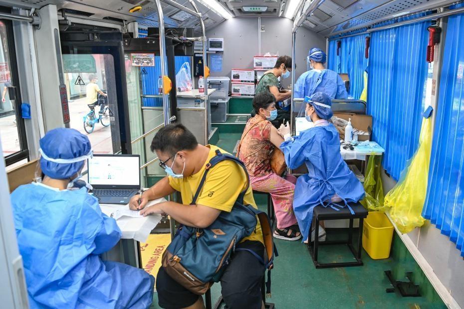 广州公交车变身流动疫苗接种车