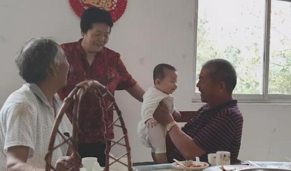 山东67岁产妇生女一年:孩子已会叫爸妈 相差近40岁姐姐常回来看望