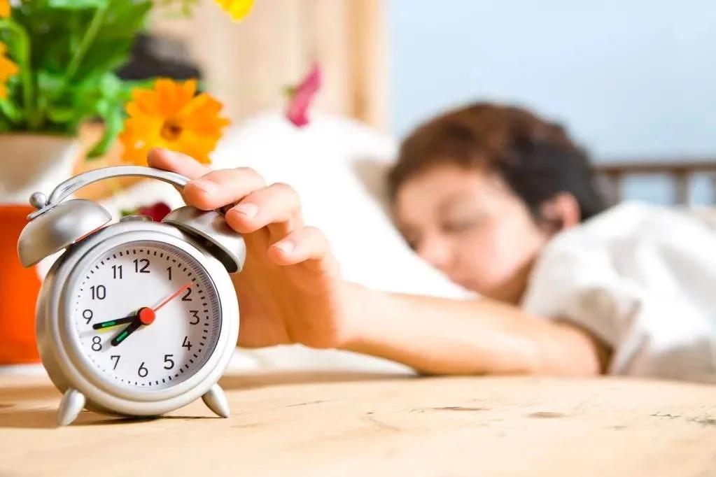 睡觉时,千万别带这4样上床!致癌毁睡眠、头发大把掉,太多人做错了