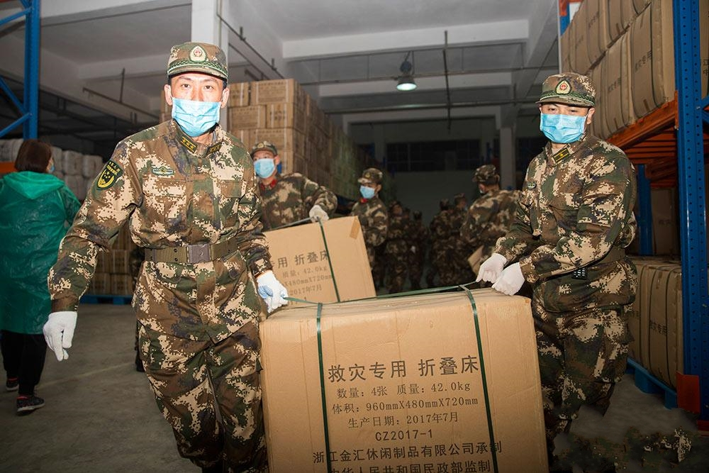 广西南宁:武警官兵紧急搬运300余吨疫情防控救援物资