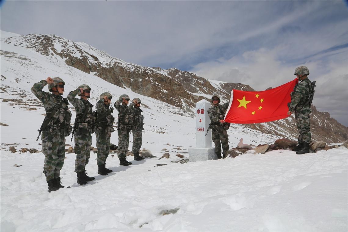 海拔5200米 托克满苏边防连新兵首次界碑巡逻