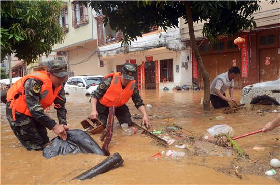 广西百色:暴雨致洪灾 武警官兵紧急驰援