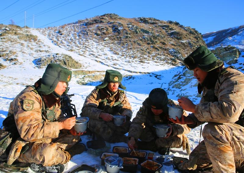 看饿了!自热火锅、牛肉面……边防官兵巡逻路上的饭菜真香