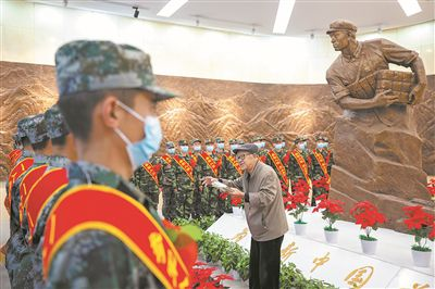 """""""为了新中国,冲啊!""""董存瑞这句气壮山河的呐喊,鼓舞和激励着一代代有志青年参军报国。今天,又一批隆化籍新兵―― 沿着董存瑞足迹走进英雄部队"""