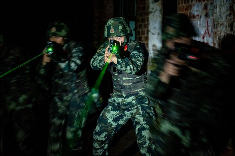 武警官兵夜间反恐演练,场面堪比大片!