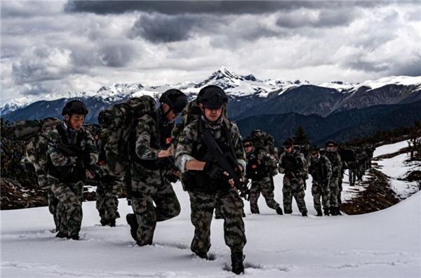 剑指陌生雪域――西藏军区某特战旅开展高寒雪山拉练