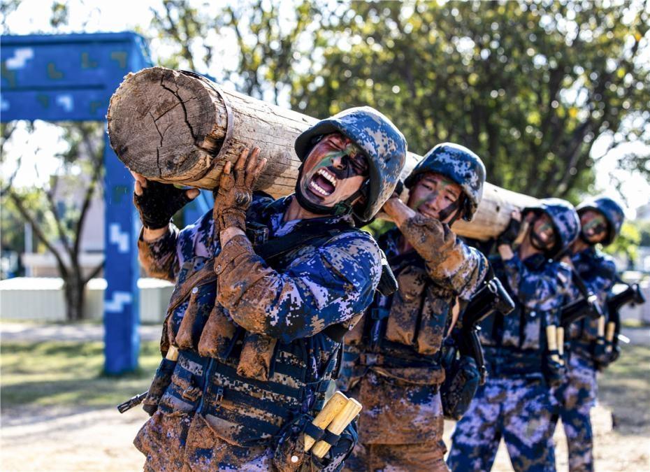 海军陆战队队员进行极限战斗体能训练