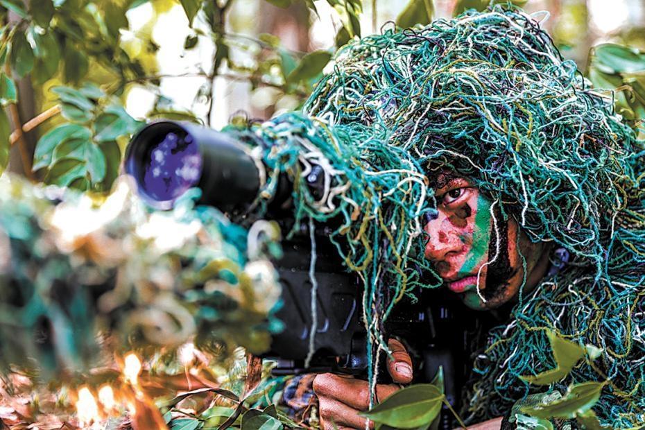 海军陆战队某旅组织班战术演练掠影