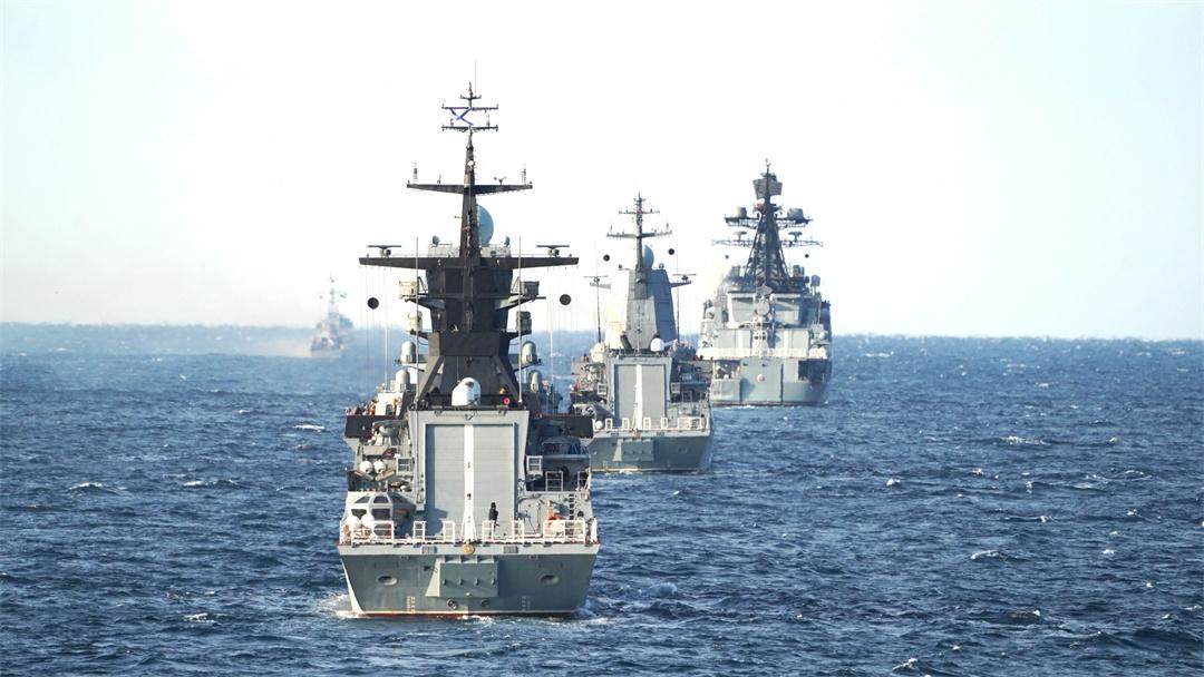 """""""海上联合-2021""""中俄编队开展通过水雷威胁区演练"""