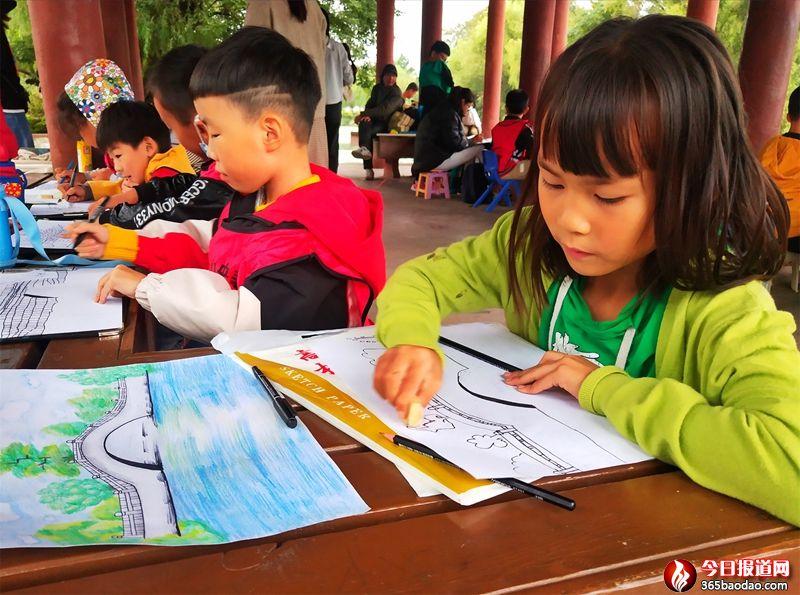 山东郯城:小长假儿童描绘心中美图画