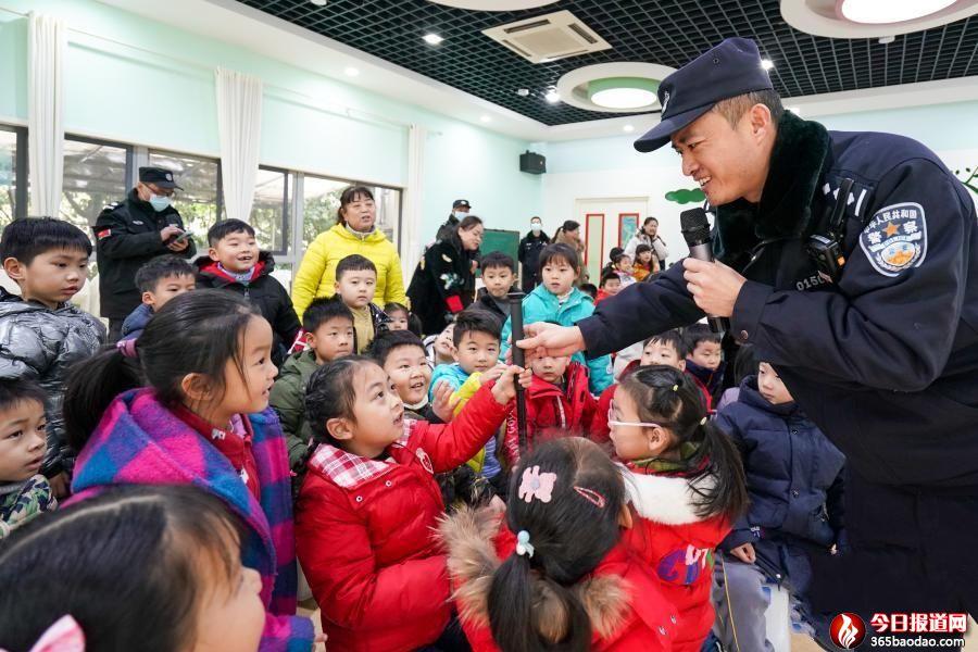 """江苏南京:""""警察叔叔""""幼儿园里讲安全"""