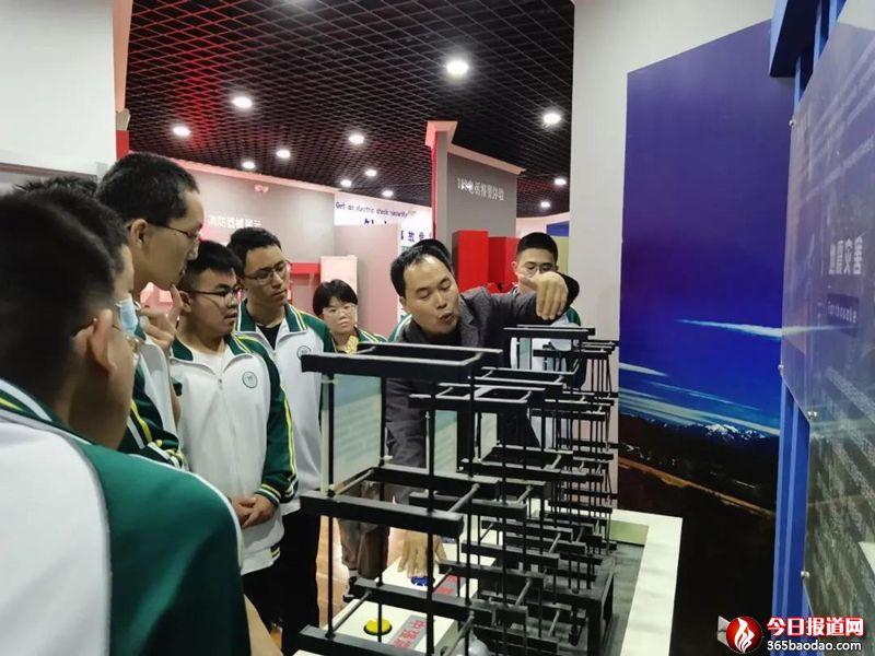人机交互3D模拟、地震小屋亲身体验……济南三中体验式学习练就防灾减灾真本领