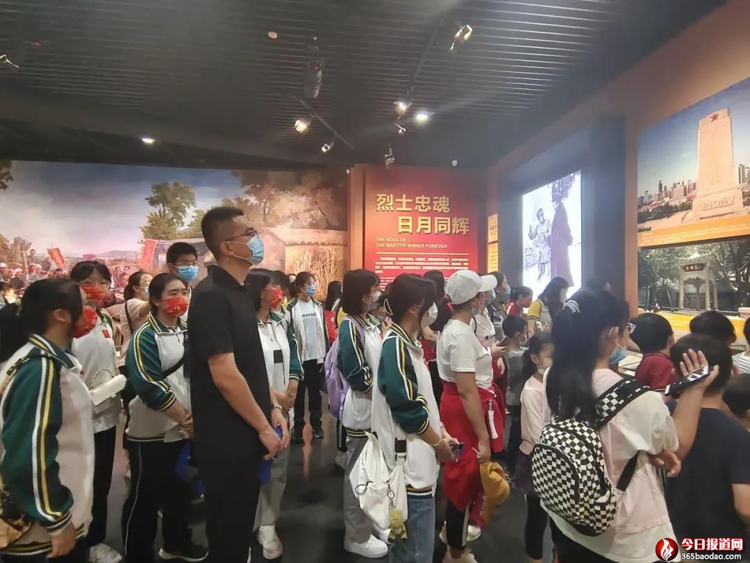 """最爱那抹中国红!济南三中学子假期""""打卡""""济南战役纪念馆"""