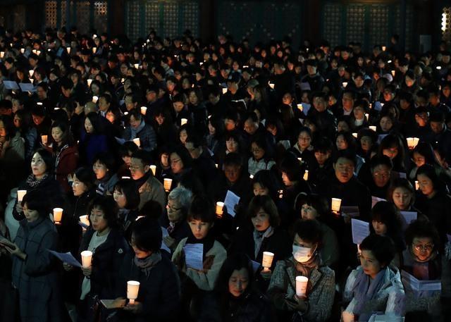 韩国高考来了!55万人报名 家长学生举蜡烛连夜祈祷