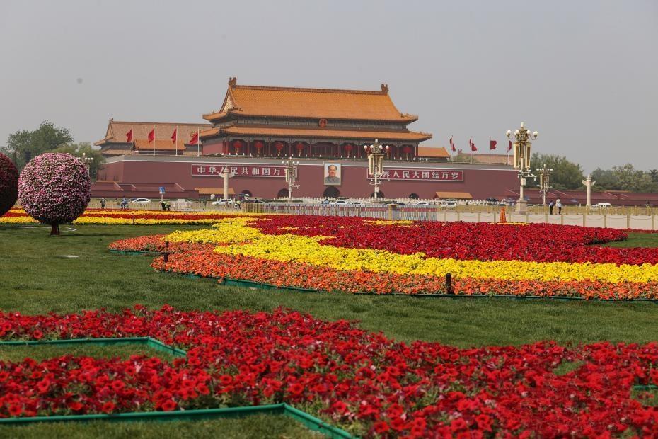 """北京天安门广场设置花坛迎""""五一"""""""