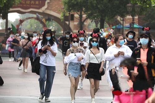 上海迪士尼重启首日 第一位游客6点开始排队