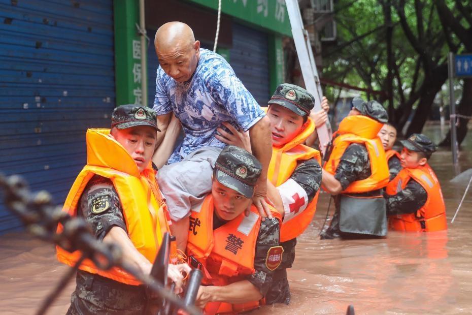 重庆万州暴雨袭城 镜头记录武警官兵救援瞬间