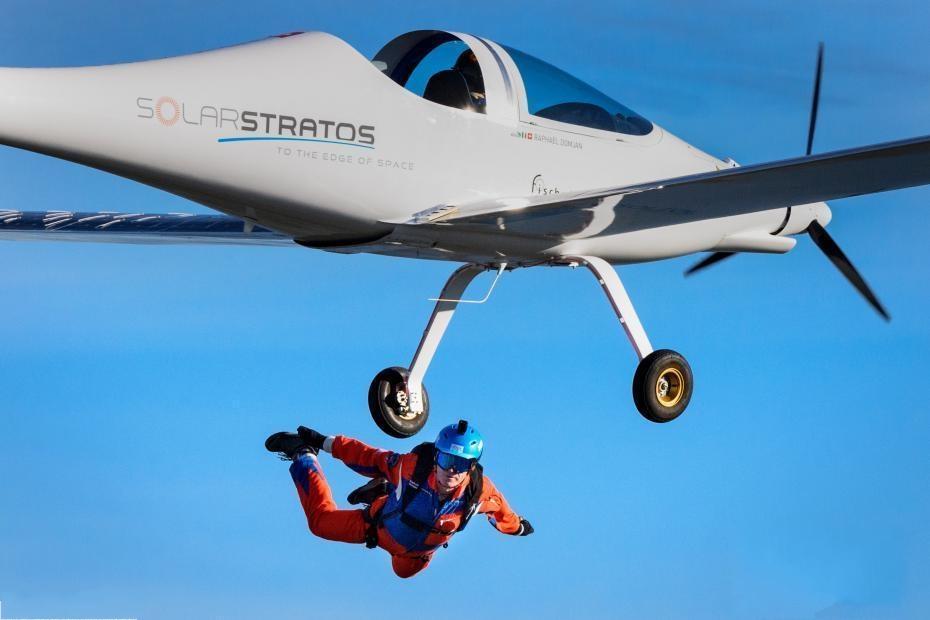 创造纪录!冒险家乘太阳能飞机跳伞成功落地