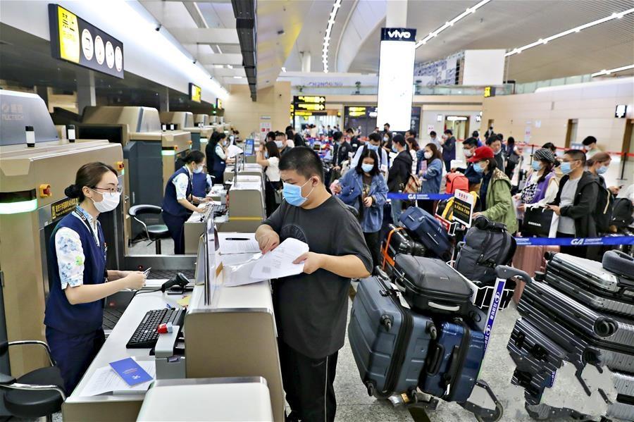 国内航空公司执飞的首条国际复学包机航线在渝启航