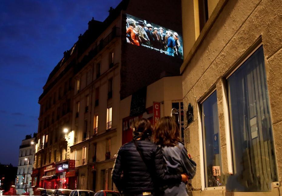 法国家庭影院协会成员把公寓楼当幕布放电影