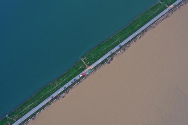 这是暴雨后的鄱阳湖,一堤之隔泾渭分明