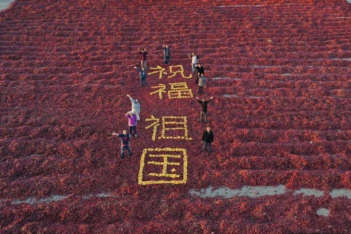 新疆博湖:民众拼图晒秋迎国庆
