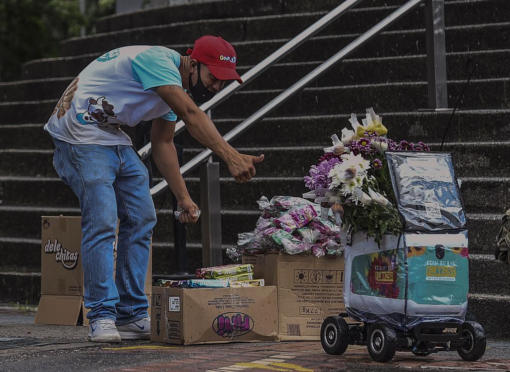 """哥伦比亚庆祝麦德林花卉节 机器人担任""""送花仙子"""""""