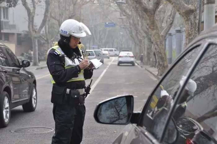 没有停车位时怎么办?交警提醒:这样做,可以避免被贴罚单!