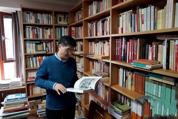 """客厅""""三面环书"""" 西北大学教授""""家变图书馆"""""""