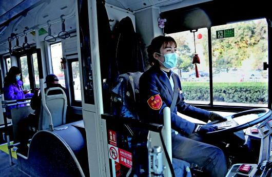 """公交车长黄菲:口罩遮不住会""""说话""""的眼睛"""