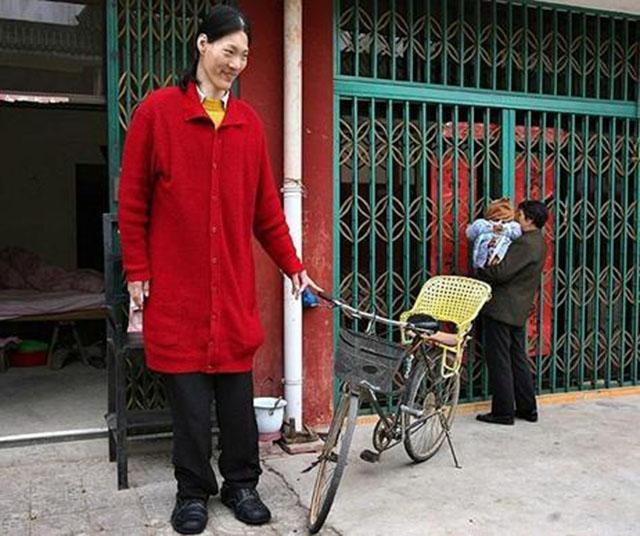 中国第一女巨人姚德芬,身高2.36,比姚明高,最大心愿:能吃饱饭