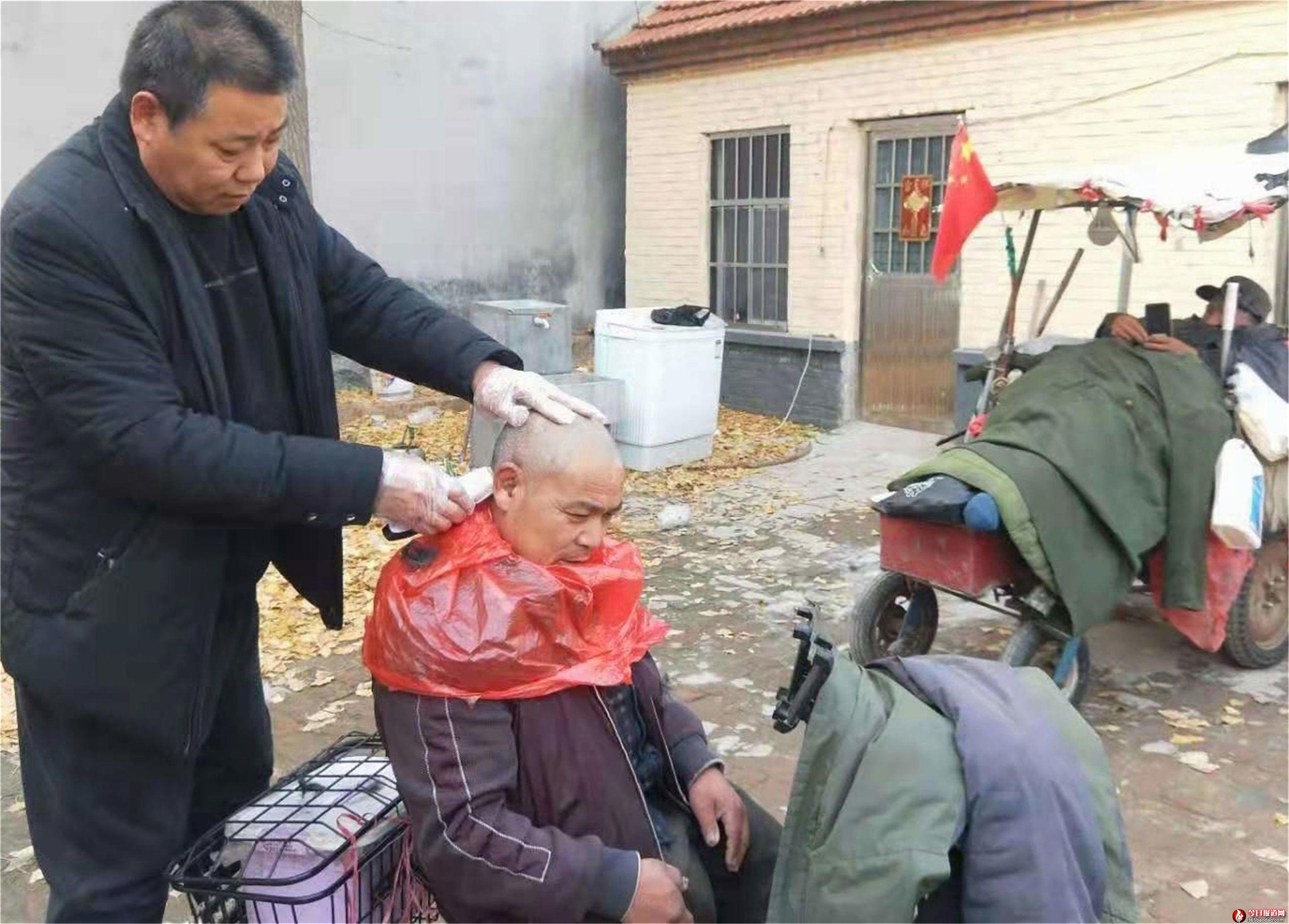 """山东郯城:马圣秋为""""残疾人""""理理发迎新年"""