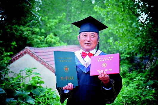 """老农王少刚圆了""""大学梦"""" 儿女为他穿上学士服并定格下珍贵瞬间"""