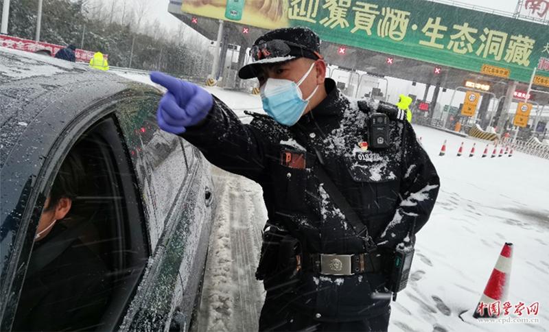 """鲍志斌:""""独臂警官""""为群众撑起一片天"""