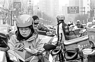 """85后外卖女骑手:等红灯时""""最闲"""",上岗半个月瘦了5公斤"""