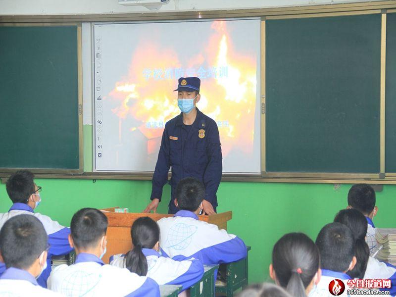 """甘肃靖远:开学第一课""""蓝朋友""""为""""小神兽""""授防火术"""