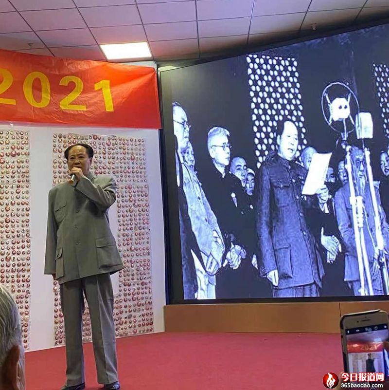 毛泽东特型演员刘般伸毛体书法《毛泽东诗词》百米长卷艺术展开展