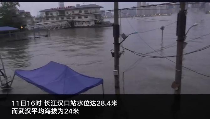武汉长江水位上涨部分区域高过街道 闸堤修筑工人连续多天筑堤