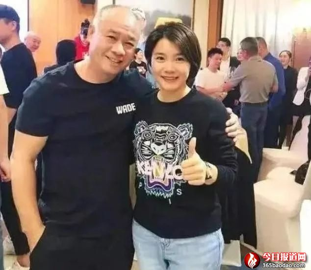 中国体操第一人李宁,身价百亿进全球富豪榜,58岁娇妻很有气质!