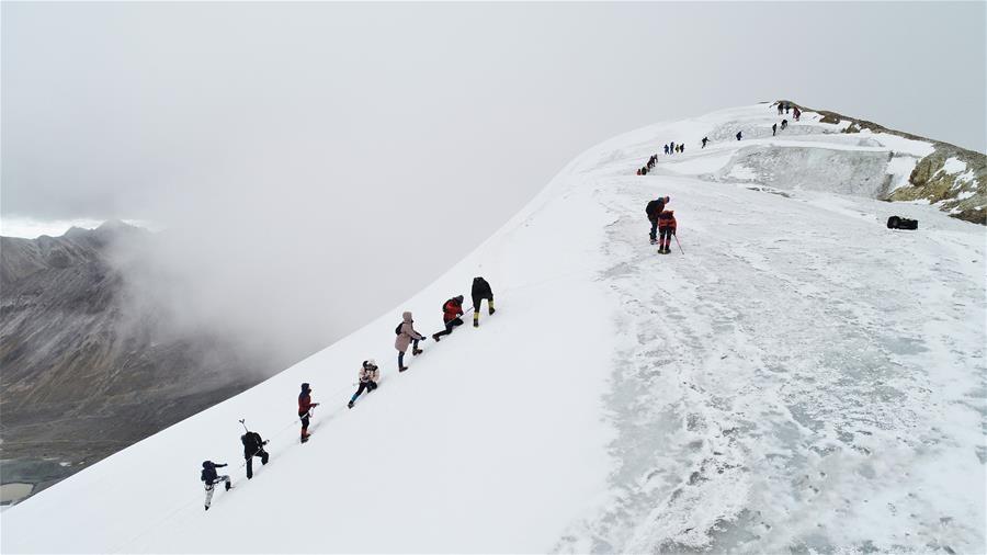 """第十八届""""第三极""""中国西藏登山大会落幕"""